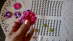 Como colar flores croche em tapete
