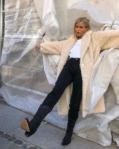 Le Fashion: How a Swedish It Girl Wears Cowboy Boots Star Fashion, Daily Fashion, Fashion Outfits, Jean Outfits, Curvy Fashion, Beige Faux Fur Coat, Easy Style, Winter Boots Outfits, Cowboy Boot Outfits
