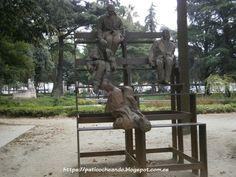 OPORTO: Jardim da Cordoaria, repartidas en 4 bancos, las esculturas de bronce de 13 figuras casi a tamaño natural