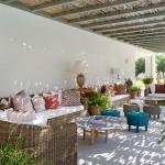 Agréable pergola design propageant une ombre sympa rendant la terrasse très accueillante