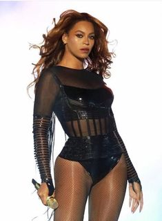 Somebody bit Bey in the face. Beyonce Knowles Carter, Beyonce And Jay Z, Curvy Celebrities, Celebs, Beyonce Images, Beyonce Performance, Queen Bee Beyonce, Beyonce Coachella, Beyonce Style