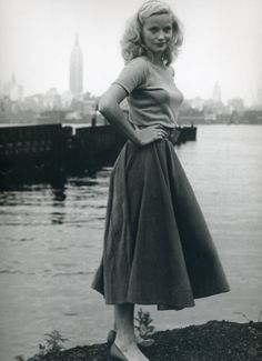 I'm drawn to actress Eva Marie Saint's causal, summery ensemble and hair in this alluring black and white image. #vintage #woman #actress #1950s #fifties