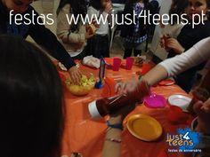 Numa festa Jantar Mistério os convidados assumem personagens fictícias, têm um caso para resolver e interagem entre si, trocando informações e descobrindo pistas. Vão analisar pegadas, impressões digitais e ADN… É na combinação das pistas, charadas e enigmas que está a chave para desvendar o mistério! #festas #aniversário #mistério #just4teens