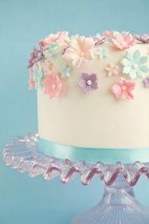 bolo com cores delicadas.