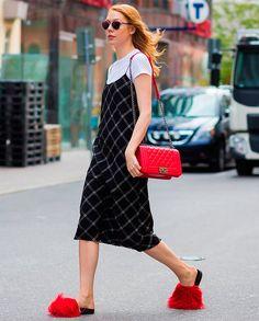 camiseta branca com vestido é tendência no street style