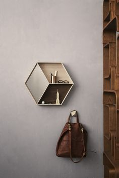 estantería hexagonal, entrada minimalista