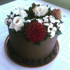 O NATAL, por Janaina Suconic e Elisa Prado, num curso lindo pra vocês, não percam!!! Esse bolo tem Narcisos, algodão, pinha, crisântemo, rosas brancas e lindas bolinhas que completam o arranjo!!!🎅🏻❤️ Esse é para um Natal mais sofisticado, mais florido, e com muito chocolate!!! Mas os flocos de algodão e o anis estrelado estão presentes neste também, para completar o arranjo!! Criando modelos para o CURSO DE CHANTININHO ESPECIAL DE NATAL! Com minha querida amiga @elisapradocakearts, com…