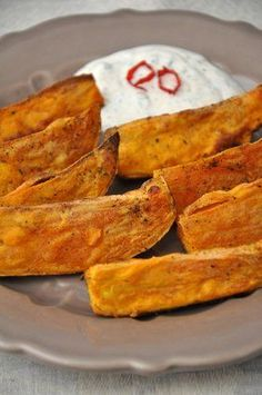 Vegetarische Beilage: Diese Süßkartoffel-Wedges mit Dip dürfen auf keinem Buffet fehlen. Das Rezept lässt sich im Handumdrehen zubereiten.
