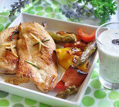 <p>Déposez les filets de poulet dans un grand plat creux. Arrosez de jus de citron et d'huile d'olive. Epluchez et écrasez l'ail au dessus du poulet. Ajoutez les brins de romarin. Brassez délicatement pour enrober les filets.</p><p>Rincez et coupez en gros morceaux les poivrons.</p><p>Allumez la plancha. Faites griller les filets de poulet, les poivrons et les asperges 15 minutes en retournant à mi-cuisson.</p><p>Pendant ce temps, concassez grossièrement les olives. Mélangez-les à la crème…