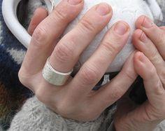 Mar del norte anillo reciclado eco libra esterlina plata martillado gruesa orgánica €101,15 EUR esmeraldadesigns  Regalitos de Marta en Etsy