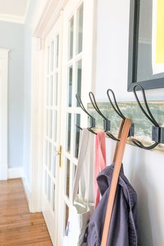 Instant Mudroom Storage Solutions for Homes That Dont Have An Entryway Quick Home Updates For Fall Vintage Chairs, Vintage Decor, Rustic Decor, Organizing Your Home, Home Organization, Organizing Tips, Foyer Design, House Design, Moving Boxes