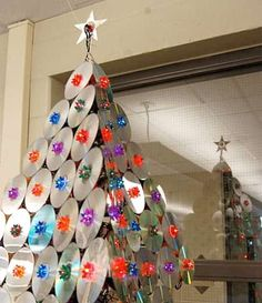a 'musical' christmas tree! with old cds Recycled Christmas Tree, Unusual Christmas Trees, Creative Christmas Trees, Alternative Christmas Tree, Holiday Tree, Christmas Deco, Xmas Tree, Christmas Tree Decorations, Christmas Crafts