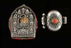 Deux Reliquaires Gao en forme de petit temple en argent et cuivre l'un en forme de petit temple en argent, cuivre et Turquoise, contenant des parchemins et une statuette votive en terre cuite, l'autre de forme plus classique, orné d'un cabochon de corail. Argent, turquoise et corail Tibet