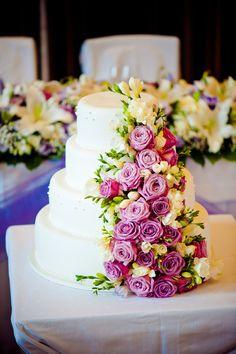 Čtyřpatrový svatební dort, potažený bílým fondánem a dozdoben živými květy. Cake, Desserts, Food, Tailgate Desserts, Deserts, Kuchen, Essen, Postres, Meals