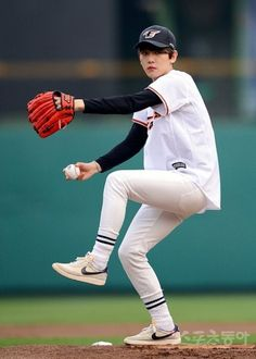 EXO's Baekhyun baseball first pitch ~ (HANWHA VS SK)