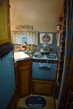 Silver Streak Sabre vintage travel trailer - I love this turquoise kitchen! Trailer Interior, Camper Interior, Tiny Trailers, Camper Trailers, Vintage Rv, Vintage Campers, Vintage Kitchen, Small Motorhomes, Lightweight Trailers