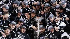 Los Angeles Kings players pose with the Stanley Cup after they defeated the New Jersey Devils din Game 6 of the NHL Stanley Cup hockey final in Los Angeles, June Stanley Cup Playoffs, Stanley Cup Champions, La Kings Hockey, Nhl Players, New Jersey Devils, King Baby, Los Angeles Kings, Win Or Lose, Ranger