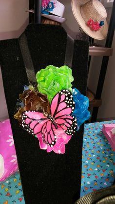 Collar bouquet de rosas con mariposa monarca