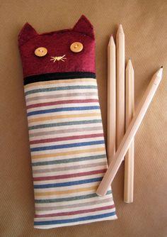 Instrucciones detalladas con fotografías para coser un estuche para lapiceros.