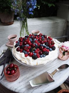 Discover recipes, home ideas, style inspiration and other ideas to try. Lemon Curd Pavlova, Strawberry Pavlova, Mini Pavlova, Chocolate Pavlova, Chocolate Sweets, Pavlova Toppings, Christmas Pavlova, Pavlova Recipe, Recipes