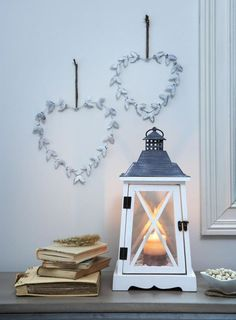 Hvite lantern and hearts to hang on the wall