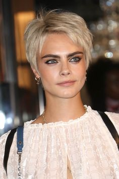 Cara Delevingne – Page 13 Pixie Hairstyles, Short Hairstyles For Women, Pretty Hairstyles, Summer Hairstyles, Short Grey Hair, Short Hair Cuts, Short Summer Haircuts, Cara Delevingne Hair, Great Haircuts