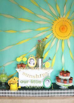 Roseta de papel personalizada como sol junto con serpentinas para decorar fondo…