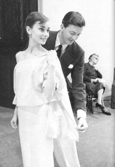Audrey Hepburn met Hubert de Givenchy when she scheduled an appointment at his Paris atelier to look for costumes for Sabrina. Givenchy thought he was meeting Katharine Hepburn, and when Audrey walked. Audrey Hepburn Outfit, Audrey Hepburn Mode, Audrey Hepburn Givenchy, Aubrey Hepburn, Brigitte Bardot, Classic Hollywood, Old Hollywood, Hollywood Divas, Hollywood Fashion