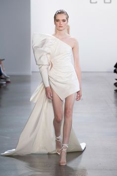 SPONSORED: Cong Tri Spring 2020 Ready-to-Wear Fashion Show Collection: See the complete Cong Tri Spring 2020 Ready-to-Wear collection. Look 16 Fashion Week, Fashion 2020, Runway Fashion, High Fashion, Fashion Looks, Fashion Outfits, Vogue Fashion, Stylish Outfits, Haute Couture Dresses