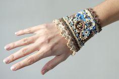 Crochet bracelet cacao cream and blue. por ellisaveta en Etsy