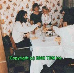 """""""Uma maravilhosa foto do rockstar que veio para o jantar."""" - Lana.  Hora do jantar na casa de Lana, com seus familíares. Junho de 1969.   Nessas alturas, Jim aparecia quase todas as noites no noticiario """"Ten-O-Clock News"""" por causa das acusações de exposição e obscenidade no Incidente de Miami. Os pais de Lana não sabia de nada sobre sua amizade com essas personalidades, e elaestava um pouco paranoica com a ideia de sua família conhecê-lo."""
