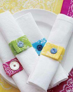 Faça você mesma: porta-guardanapo Use uma faixa de tecido costurada ou colada e um botão. Se for mais habilidosa pode fazer o botão com casinha. Produção que garante mil e uma possibilidades. By Janaina Depine