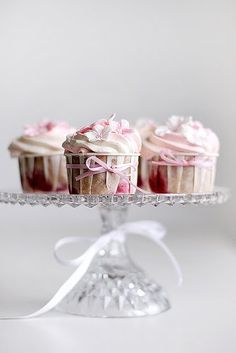 Love the cupcakes on a glass or gold platter