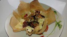 Corolle croustillante avocat, tomate noire, fromage de chèvre,jambon fumé, graine de sésame,yuzu, crème de vinaigre balsamique,citron, chips de fromage edam.