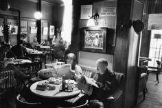 Café Hawelka, Wien. Das Bild zeigt den Künstler Alfred Hrdlicka Zeitung lesend. Fotografie: Walter Vogel / Imagno