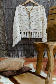 Cómo Tejer un Poncho Fácil y Moderno / Crochet Scarves, Crochet Shawl, Crochet Clothes, Crochet Woman, Crochet Baby, Knit Crochet, Knitting Patterns, Crochet Patterns, Shawls And Wraps