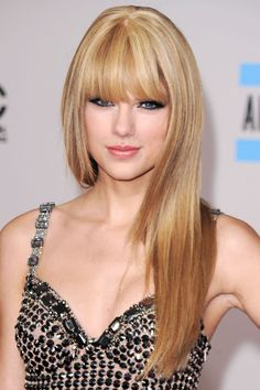 Taylor Swift Hairstyles - Check here for Taylor Swift's Curly, Straight, Short, Long Hair. Find more hairstyles of Taylor Swift using our tutorial. Taylor Swift Bangs, Taylor Alison Swift, Beauté Blonde, Golden Blonde Hair, Warm Blonde, Hairstyles With Bangs, Straight Hairstyles, Cool Hairstyles, Layered Hairstyles