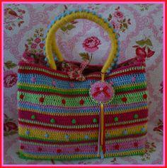Mooi kleurenschema, ook handvatten creatief gehaakt.   Deze tas heeft de 3e prijs gekregen van Holland Heeft Haaktalent (Facebook). Tas is gemaakt door Marijke Verhoef.