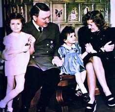 """A.H. ed Eva Braun con i bambini di un'amica, al Berghof. All'epoca, ed anche dopo, questa foto fece il giro del Mondo con la didascalia: """"I figli di Adolf Hitler""""!"""