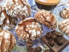 Per chi non l'avesse intuito queste piccole delizie sono al gusto di caffè e cioccolato :) realizzare questi biscotti cioccofè è estremamente semplice, sarà un piacere prepararli con le vostre mani oltre che gustarli in ogni momento della giornata abbinandoli ad un caffè, un thè, un succo di frutta! Si presentano come delle piccole paste, profumate e soffici; preparate da voi con ingredienti genuini acquisteranno un valore aggiunto datogli da un ingrediente personale ed insostituibile: la…