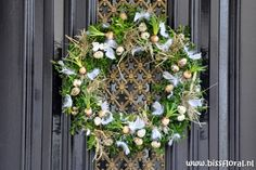 www. For the time until spring finally moves in, I made a simple door wreath from natural materials. For this I have … bloemstuk carnaval In vårkrans with tovade fåglar Straw Wreath, Grapevine Wreath, Door Wreaths, Decoration, Natural Materials, Spring Time, Grape Vines, Christmas Wreaths, Blog