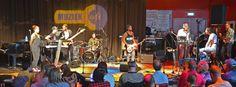 Bowe live bij Avrotros Muziekcafé op Radio 2 met de band van Gers Pardoel.