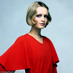 Fashion Twiggy in the Boy Friend film - It shocked society and severed forever the tie that bound femininity to long hair. The bob - created by Polish-born hairdresser Antoine de Paris in France - celebrates its anniversary this year. Short Platinum Blonde Hair, Medium Hair Styles, Short Hair Styles, Celebrity Blogs, Androgynous Look, Jessica Alba Style, Model Outfits, 1960s Fashion, Style Fashion