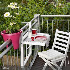 """So klein der Balkon auch sein Mag: Klapptisch """"Lodge"""" bietet genügend Ablagefläche für Kaffee und Sommerlektüre. …"""