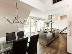 Holz, Stahl und Licht dominieren das Design des Apartments. Zeitlose Materialen in perfekter Kombination.