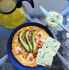 Omlett:  4 tojásfehérjéből, beletettem a light mozzarella szeletkéket és a karikára vágott paradicsomokat is, kókuszzsíron megsütöttem.