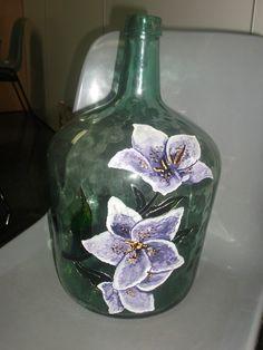 "Un jarrón que estaba desechado en un rincón siempre puede tener una segunda oportunidad, como la que le ha dado Carmen a este jarrón.<div class=""separator"" style=""clear: both; text-align: center... Glass Bottle Crafts, Glass Bottles, Painted Wine Bottles, Flora, Vase, Painting, Home Decor, Hessian Fabric, Recycled Glass"