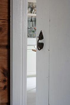 Svenngården: Før og etter: #prosjektGjerde - Kjøkken Tall Cabinet Storage, Air Bnb, Doors, Furniture, Home Decor, Ideas, Slab Doors, Homemade Home Decor, Home Furnishings