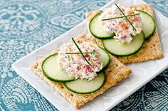Smoked Salmon & Cucumber Topper Recipe Source by chalbe Appetizers For A Crowd, Cheese Appetizers, Best Appetizers, Appetizer Recipes, Quick Snacks, Yummy Snacks, Peanut Sauce Recipe, Healthiest Seafood, Diabetic Snacks