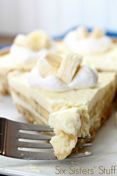 50 Most Delish Cheesecakes If it's possible, cheesecake just got even creamier thanks to this banana cream recipe.If it's possible, cheesecake just got even creamier thanks to this banana cream recipe. Banana Dessert Recipes, Cheesecake Recipes, Easy Desserts, Cheesecake Pie, Cooker Cheesecake, Cheesecake Squares, Caramel Cheesecake, Gourmet Desserts, Plated Desserts